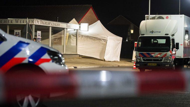 In Deurne wordt door de politie onderzoek gedaan naar de schietpartij bij een juwelier waarbij twee doden (de vermoedelijke daders) zijn gevallen. Beeld ANP