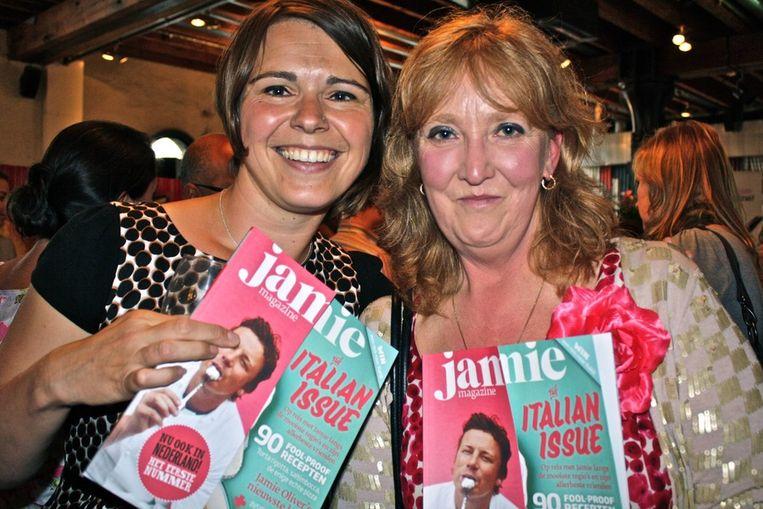 Suzanne de Jong, redacteur van het blad (l) en beeldredacteur Marian Flint genieten van deze dag.  <br /> Beeld