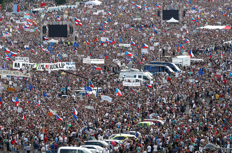 Demonstranten zondag in Praag. Beeld AP