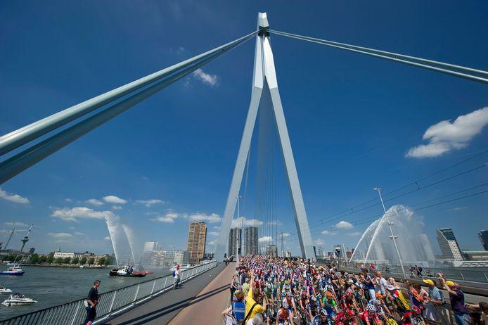 De Tour de France begon in de zomer van 2010 in Rotterdam. Beelden van het peloton op de Erasmusbrug gingen de hele wereld over. De Maasstad wil opnieuw een Grand Départ, nu met Den Haag.