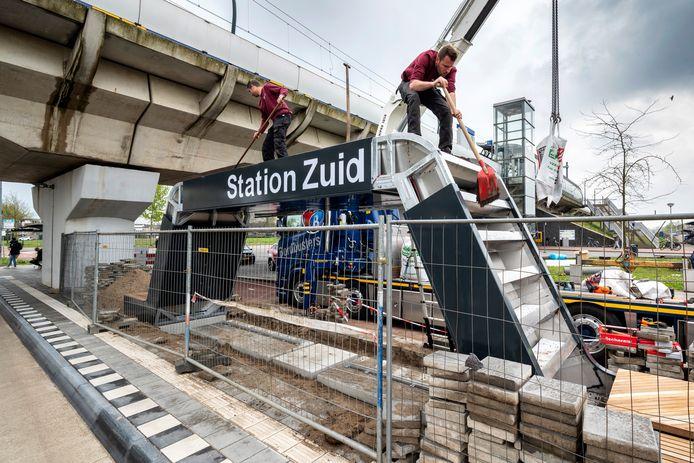 De groene bushalte bij station Arnhem-Zuid is geplaatst en wordt verder afgemonteerd en beplant.