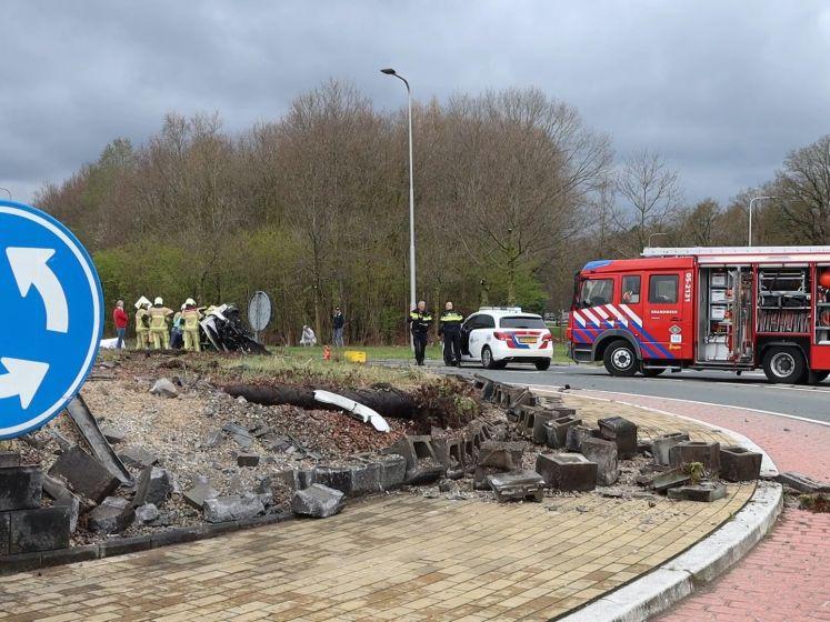 Ravage in Oldenzaal nadat auto wordt gelanceerd over rotonde