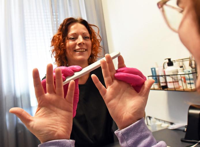 Claudia Teernstra runt in Clinge nagelsalon C-Nails. Ze specialiseerde zich in oncologische handverzorging.