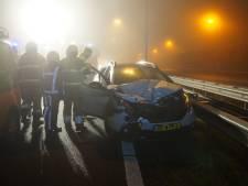 Zes auto's botsen in de mist tegen elkaar op A59 bij Vlijmen, één persoon naar het ziekenhuis