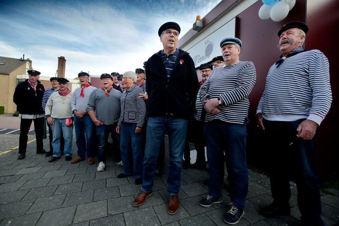 """Leo Brussaard (voorop met donker vest) en zijn medekoorleden van shantykoor De Hoeksche Waard: ,,Gewoon lekker zingen met een groep mannen."""""""