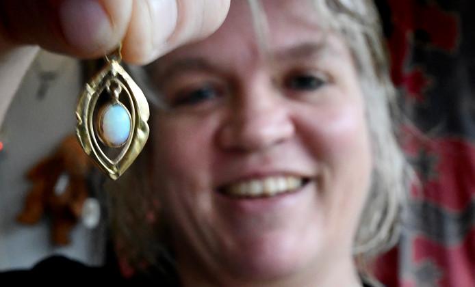 Colette Edelenbosch heeft haar hanger weer terug na inbraak.