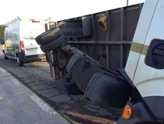 Vrachtwagen belandt op zijn zij in Michel Geysemansstraat