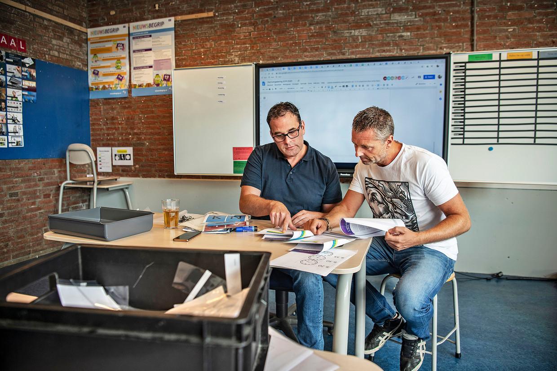 Schooldirecteur Dirk Koops in gesprek met teamleider Jasper Buffing, die al tien jaar op de Mr de Jonghschool werkt. Beeld null