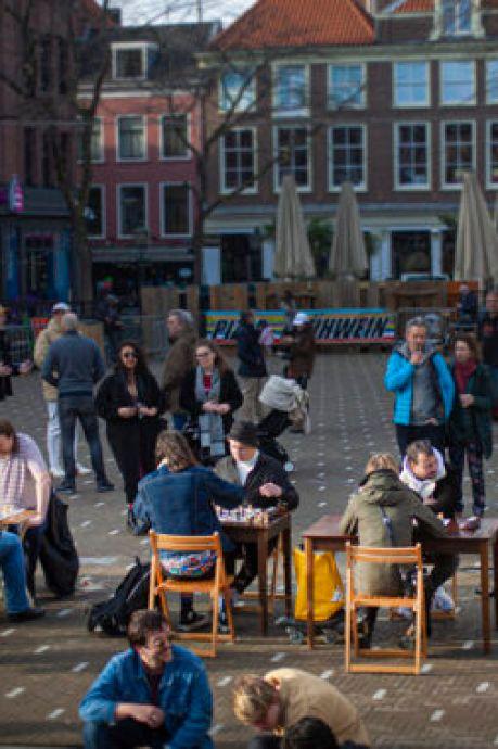 Hé kijk, schakers op de Grote Markt: 'Elke week zitten we op een ander plein'