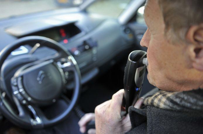 Bij een alcoholslot moet de automobilist eerst blazen om de auto gestart te kunnen krijgen.