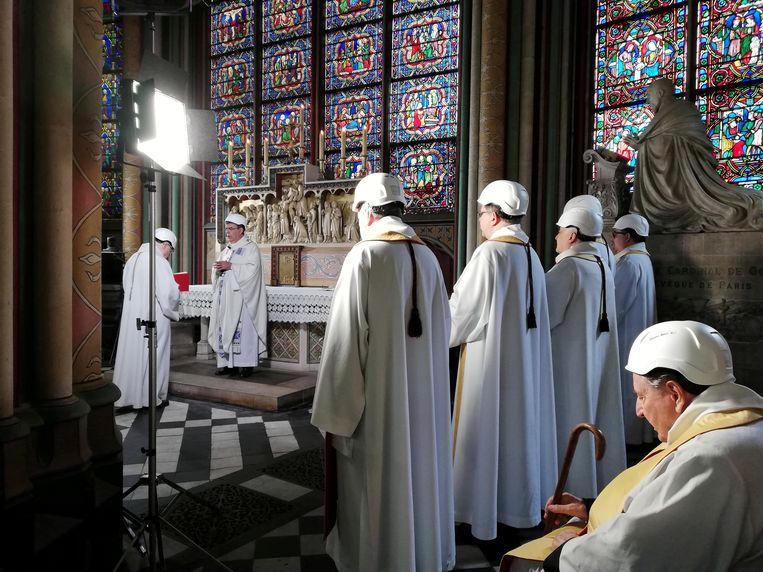 Geestelijken komen bijeen voor de eerste mis in de Notre-Dame in Parijs sinds die kathedraal door een brand zwaar werd beschadigd.   Beeld REUTERS