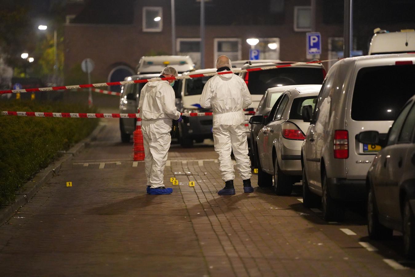 Rechercheurs doen voor de avondwinkel onderzoek naar de dodelijke schietpartij.