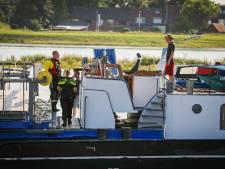 Wéér aanvaring met Oude IJsselbrug in Zutphen: nu verliest binnenvaartschip stuurhut én auto
