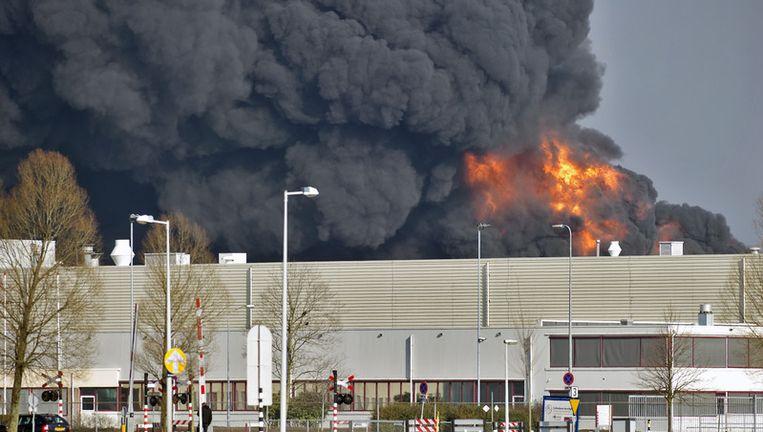 Er is nog niets bekend over de oorzaak van de brand. De brandweer denkt dat het blussen nog uren gaat duren. Foto ANP Beeld