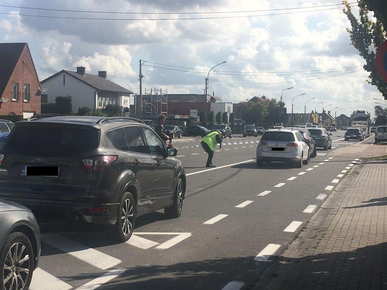 Een verkeersdeskundige neemt foto's van de auto's en de schade.
