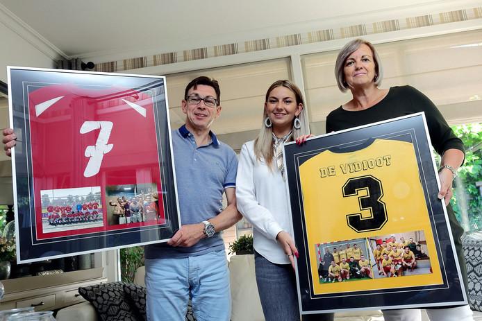 Ouders Kees en Paula en zus Jasmijn van de overleden Jasper Klink met shirts van zijn voetbalclubs.