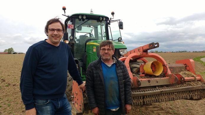 Schepen Wieland De Meyer en landbouwer Paul Merlevede zorgen voor bloemenpracht in Westouter.