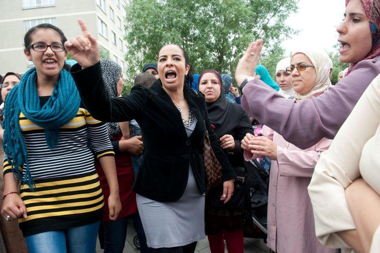 Maandag 17 juni 2013: zo'n 150 ouders demonstreren aan de ingang van kleuterschool De Blokkendoos in de Antwerpse wijk Kiel.