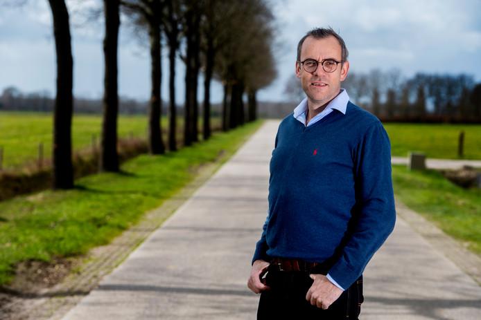 Corné de Rooij stapt uit de gemeenteraad van Goirle. Hij heeft een eigen landbouwbedrijf en de politiek kost hem te veel tijd.