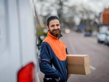 Pakketbezorger als popster: Burak (31) 'met de baard' is allemansvriend van Vriezenveen