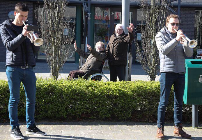 Optreden van de trompettisten van The Young Ones voor de bewoners van De Blaauwe Hoeve, echtpaar De Loos weet het wel te waarderen.