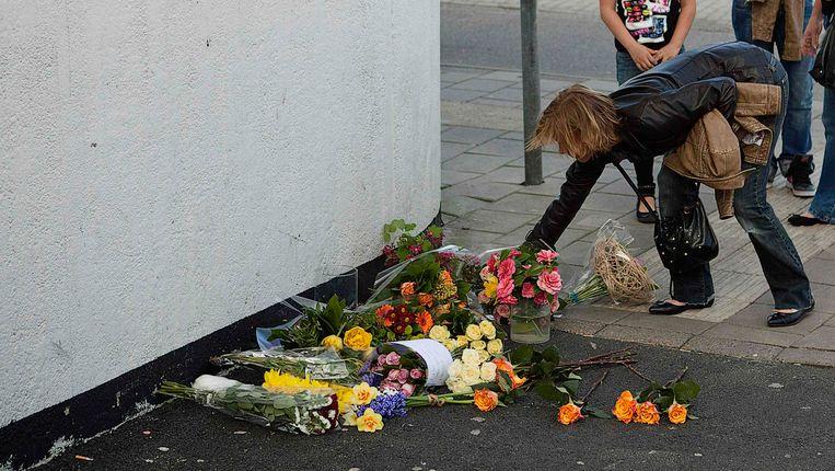 Bloemen bij het winkelcentrum in Alphen aan den Rijn na de schietpartij in april. Beeld REUTERS