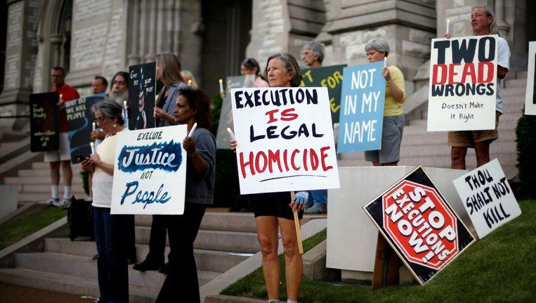 Een groep tegenstanders van de doodstraf demonstreert tegen de executie van een gevangene in Missouri. Beeld ap