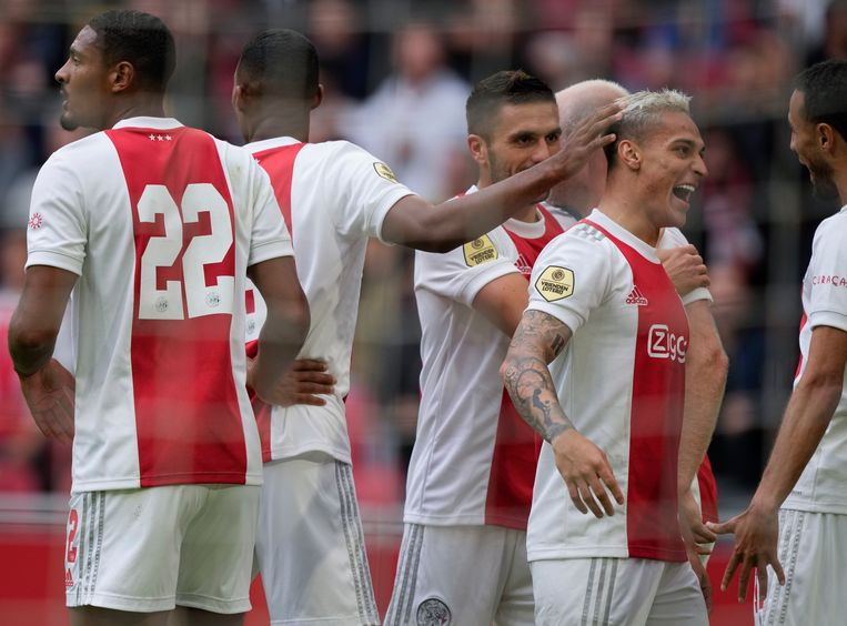 Mazraoui en Antony vieren de eerste treffer tegen Vitesse. Beeld AP