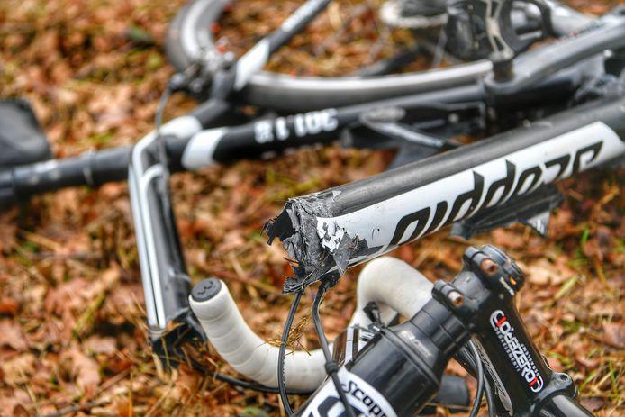 De fiets van het slachtoffer is in tweeën gebroken.