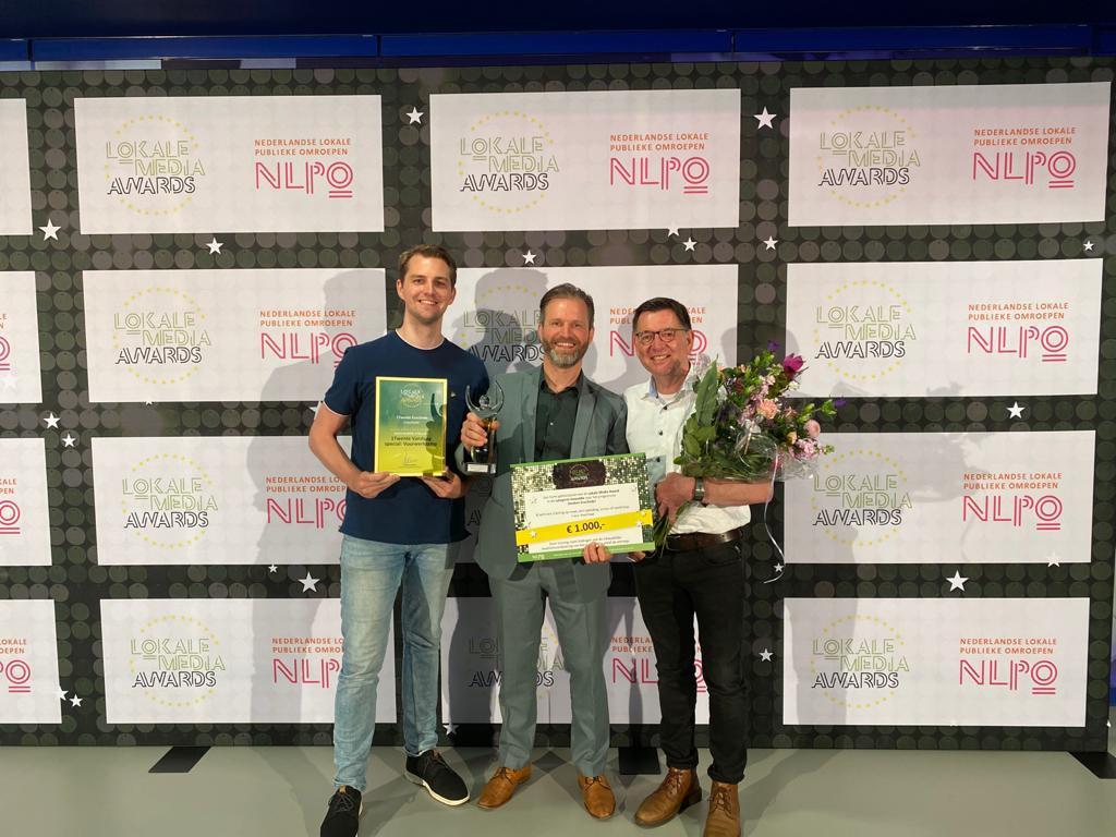 Presentator Niels Veurink (links), stationsmanager Flip van Willigen en hoofdredacteur Henk ten Harkel (rechts) met de gewonnen prijs in Hilversum.