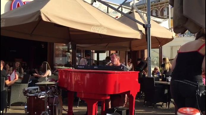 Hans achter de toetsen tijdens Crazy Piano's in Scheveningen.