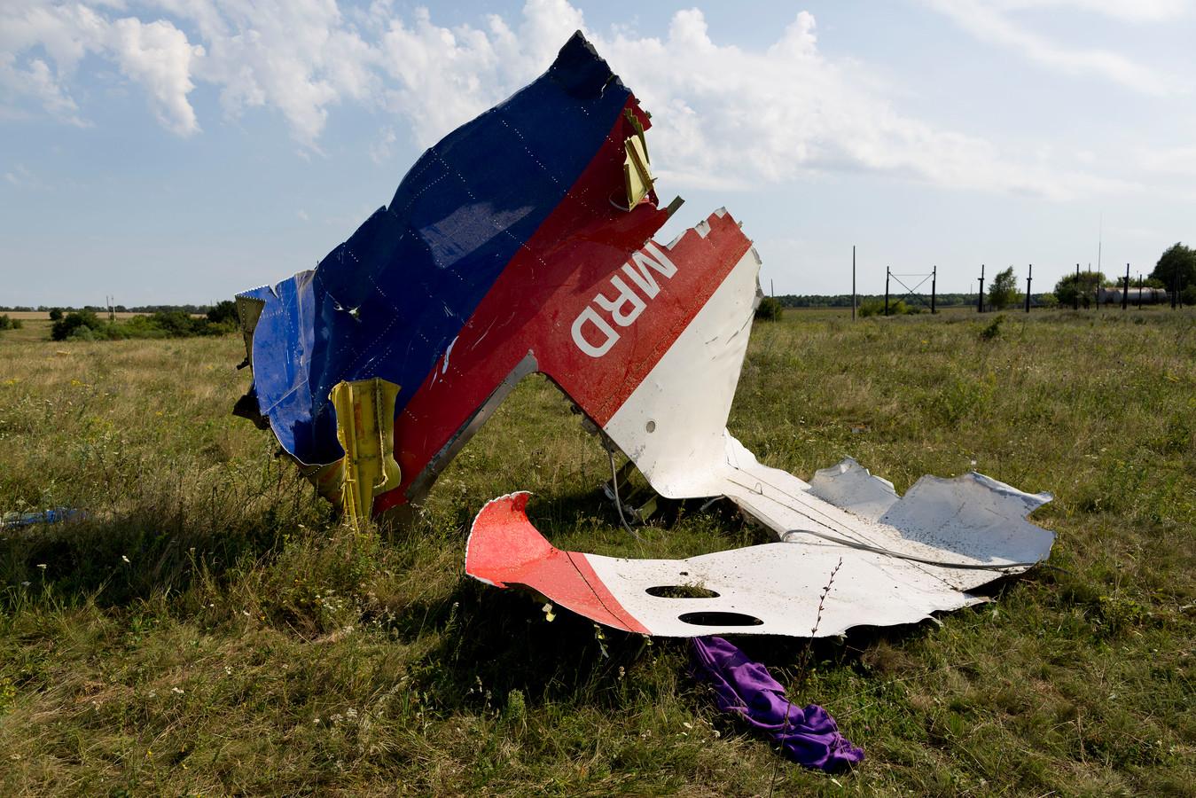 Een onderdeel van het vliegtuig in een veld op de plek waar vlucht MH17 neerstortte