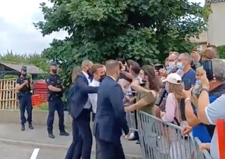 Het incident afgelopen dinsdag waarbij Emmanuel Macron door een man in het gezicht werd geslagen. Beeld AP