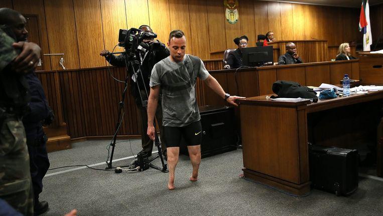Pistorius toont in de rechtszaal hoe kwetsbaar hij zich voelde tijdens het delict Beeld epa