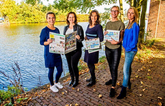 Jongerenkrant 010 krijgt navolging elders in ons land. De vijf krantenmakers in Rotterdam: Angelique van Tilburg (Jong010, links) en Suzanne Huig (Jong010, rechts) flankeren Petrelle Tomassen (Jong0165), Jacqueline Schadee (Jong023) en Miranda Loonstra (Jong072).