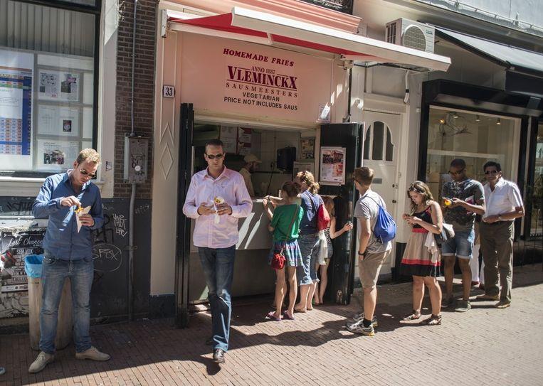 De bekende Vlaamse friteszaak in de Voetboogsteeg zal misschien gesloten worden Beeld Maarten Bezem.