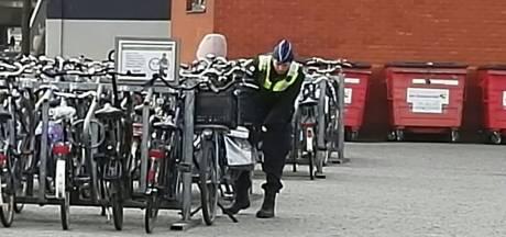 Dief rijdt weg op gestolen fiets met zadel in de hand