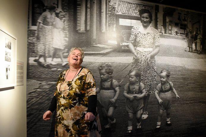 Teatske de Jong bij de tentoonstelling Vrouwen voor de Lens in het Stadsmuseum Woerden.