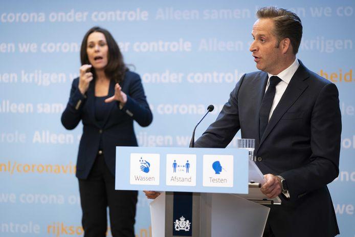 Demissionair premier Mark Rutte en demissionair minister Hugo de Jonge (Volksgezondheid, Welzijn en Sport) geven een toelichting op de coronamaatregelen in Nederland. Het kabinet maakt de voorwaarden voor versoepelingen bekend.