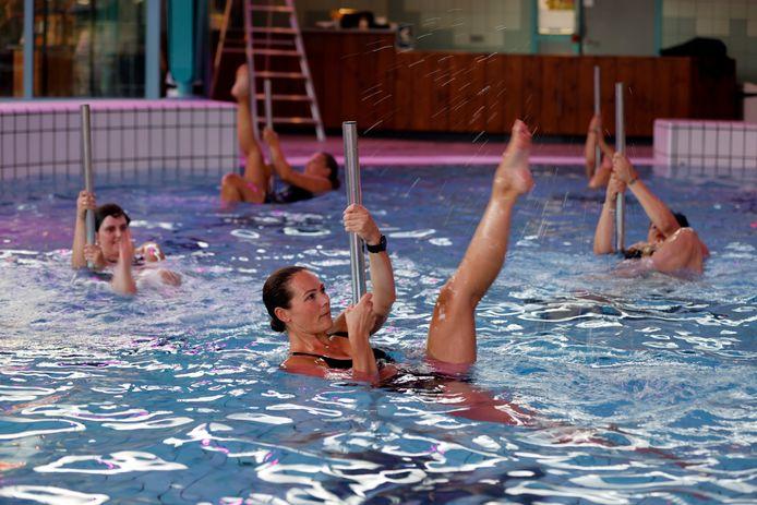 Nieuw in het Vlaardingse zwembad De Kulk: paaldansen onder water.