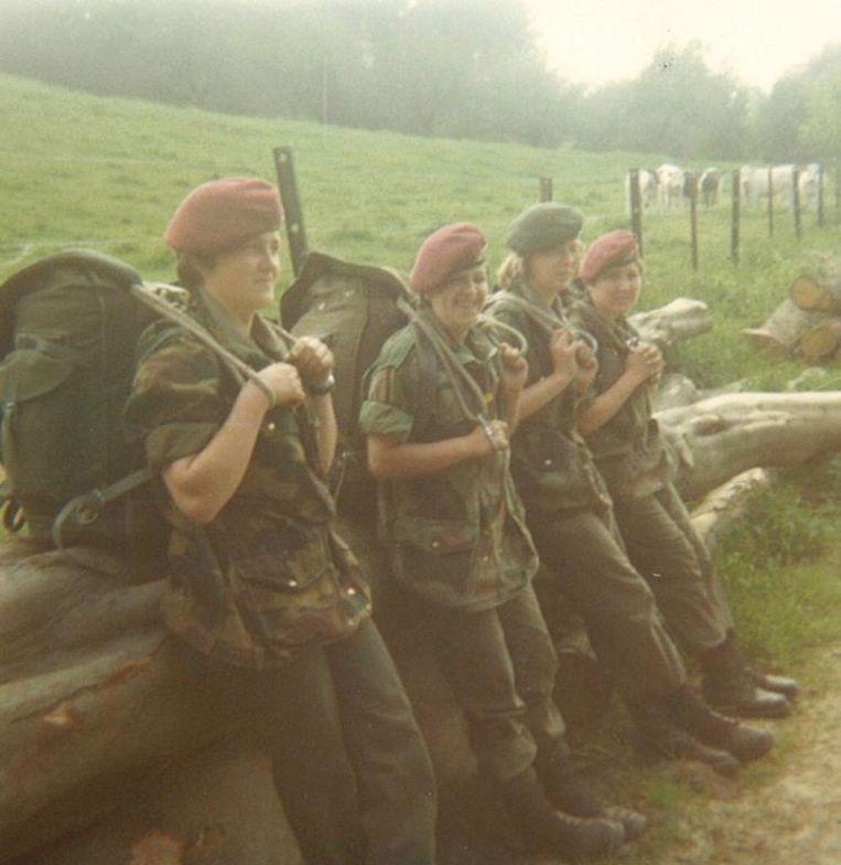 Carine Simal (tweede van links, in 1978/79 op training in Corsica) was een van de eerste vrouwen die een opleiding tot paracommando kregen.  Beeld Archief Carine Simal