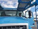 De voorruit van de truck werd doorboord door een groot stuk metaal.