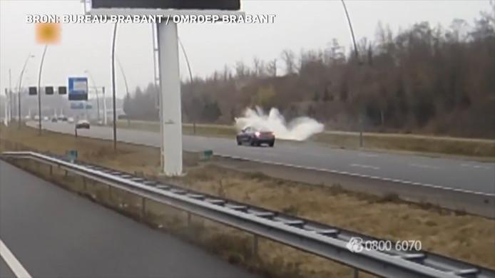 De inzittenden van het gecrashte voertuig raakten gewond, de Audi-bestuurder reed na de crash door.