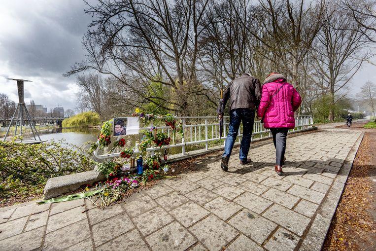 Gedenkplek met bloemen (kruising Hugo de Vrieslaan met Nobelweg) op de plek waar de 72-jarige Frans Brons in zijn scootmobiel werd doodgeslagen. Beeld Jean-Pierre Jans