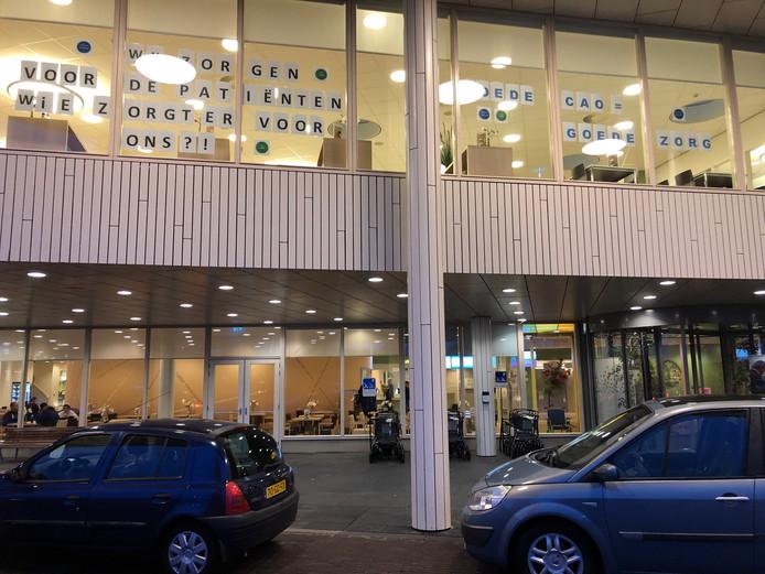 Bij de ingang van ziekenhuis Bernhoven wordt het publiek alvast gewaarschuwd.