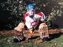 Félix in keepersuitrusting in de tuin, met een shirt van de ijshockeyploeg van het Canadese Montréal, dat hij van papa Christophe kreeg.