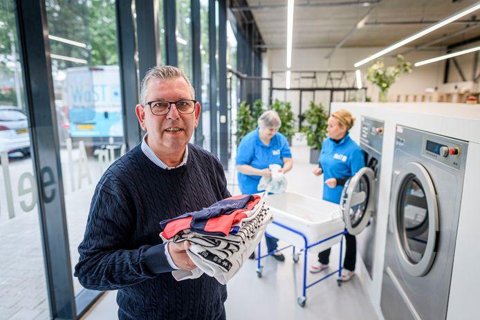 Vestigingsleider Huub Jansen gaat de boer op om meer klanten voor de nieuwe Almelose wasserij te werven. Op de achtergrond de medewerkers   Klazien Römer (links) en Bianca Wolf.