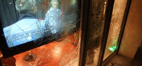 Verstandelijk beperkten van buurthuis Schilderswijk staan doodsangsten uit als relschoppers ruiten inslaan