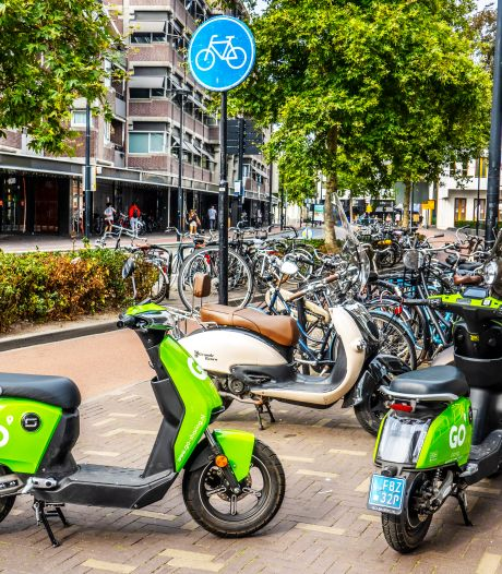 Nieuwe regel in de maak tegen overlast geparkeerde (brom)fietsen: 'Vijf scooters voor je deur is een exces'