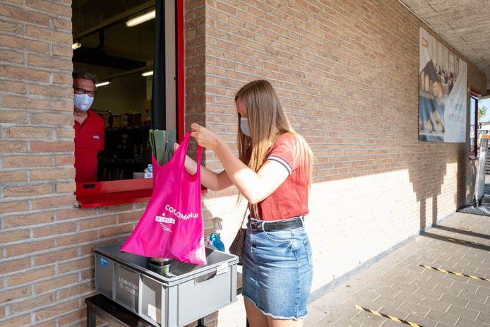 Het Huis van Gastronomie van COLOMAplus Mechelen kookt met foodboxen. Leerlingen van de richtingen Restaurant en (Groot)keuken en Wereldgastronomie halen er een foodbox op.